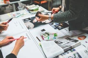 デザインを考える女性