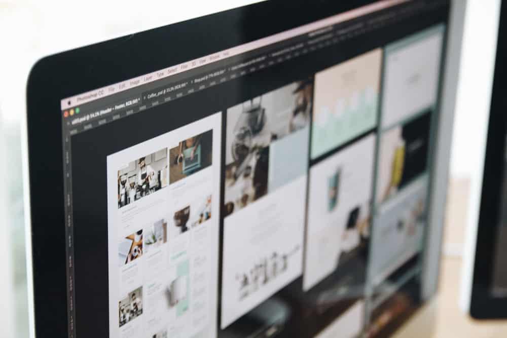 モニターに映されたWebデザイン