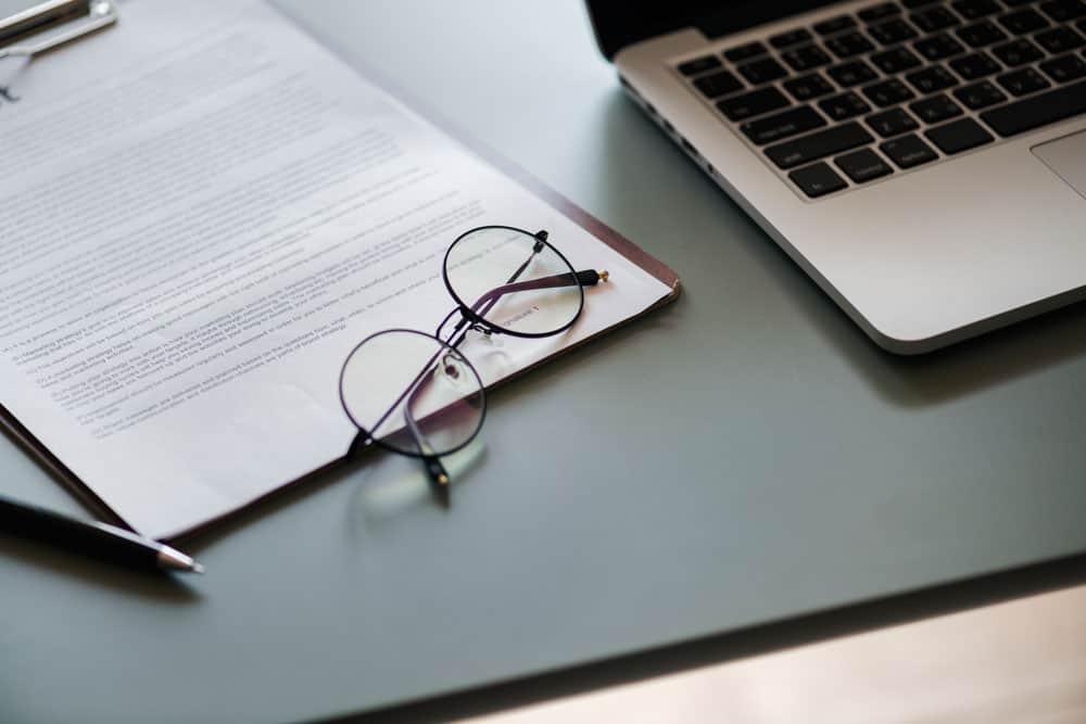 メガネとノートパソコン