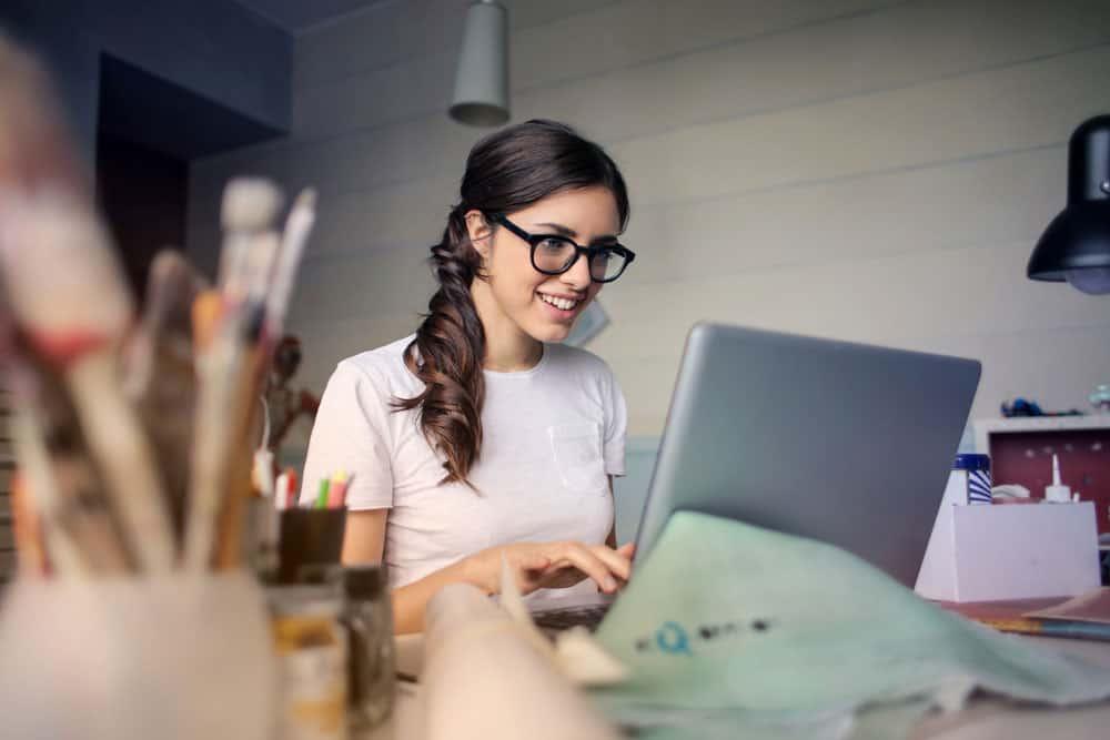 Webデザインを学ぶメガネを掛けた女性