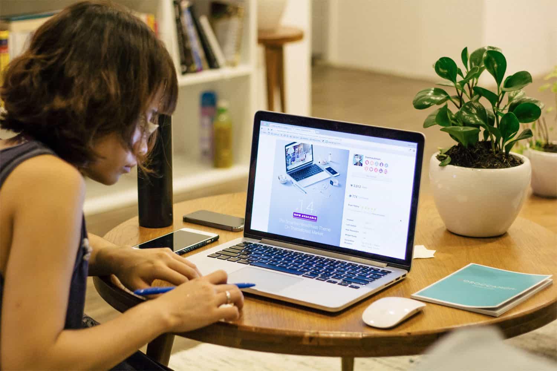 Webデザインのアイデアを考える女性