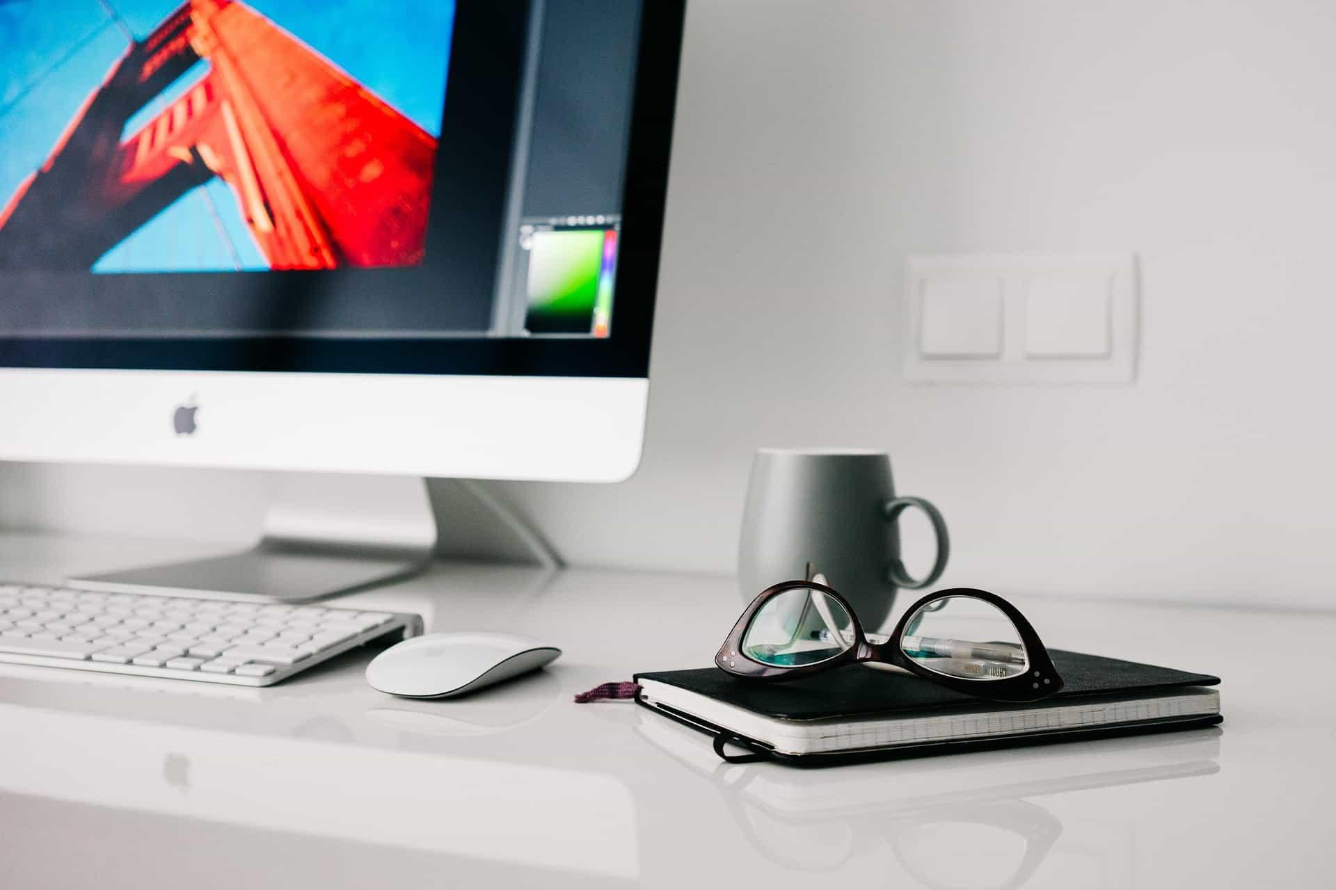 デスクトップパソコンと眼鏡